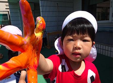 粘土で遊ぶ園児
